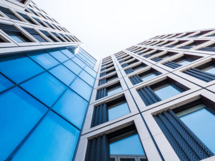 moderne Glasfassade eines Bürogebäudes
